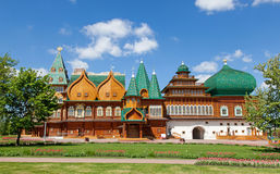 Härlig träslott i Kolomenskoe Arkivbild