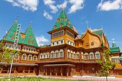 Härlig träslott i Kolomenskoe Royaltyfri Bild