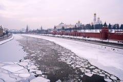 Moscow vinterflod Kremlin royaltyfri fotografi