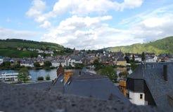 Mosel flod och tak-blast på Traben-Trabach, Tyskland Arkivbild