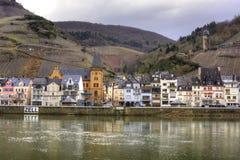 Mosel flod, Zell, Tyskland, by och vingårdar i vinter Arkivbild