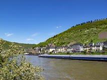 Mosel-Fluss mit einem Frachtschiff bei Cochem, Rheinland-Pfalz, Deutschland lizenzfreies stockbild