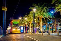 Moseley-Quadrat mit Tram in Glenelg nachts Stockbilder