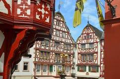 Moselle dalTyskland: Sikten till den historiska halvan timrade hus i den gamla staden av Bernkastel-Kues Arkivbild