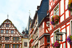 Moselle dalTyskland: Sikten till den historiska halvan timrade hus i den gamla staden av Bernkastel-Kues Royaltyfria Foton