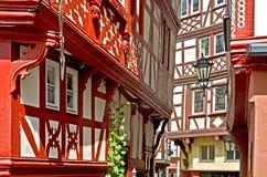 Moselle dalTyskland: Sikten till den historiska halvan timrade hus i den gamla staden av Bernkastel-Kues Arkivfoton
