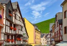 Moselle Dolinny Niemcy: Widok targowy kwadrat i cembrujący domy w starym miasteczku Bernkastel-Kues, Niemcy fotografia royalty free