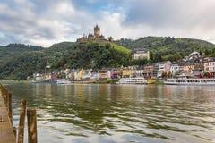 Moselle flod, Cochem Tyskland med den imperialistiska slotten på backen Arkivfoton