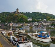 Moselle flod med den medeltida byn, slotten och fartyg royaltyfria foton