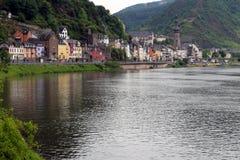Moselle flod och stad av Cochem royaltyfri bild