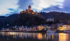 Moselle flodstrand i den Cochem Tyskland med den imperialistiska slotten på backen Arkivfoton