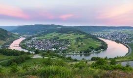 Moselle pętla przy Kroev z zmierzch panoramą zdjęcie royalty free