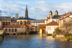 Moselle rzeka Płynie przez Antycznego miasteczka Metz, Francja Obrazy Royalty Free