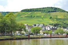 Moselle strand av den Ellenz Poltersdorf byn Royaltyfria Bilder
