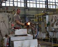 Moser glassmaker przy pracą przy Moser glassworks w Karlovy Zmienia Fotografia Royalty Free