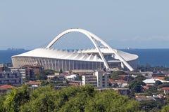 Moses Mabhida Stadium et horizon côtier à Durban Images stock