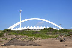 Moses Mabhida Stadium Rising au-dessus des dunes à Durban image stock