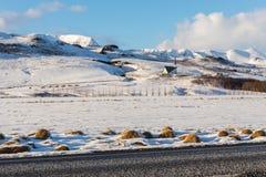 Mosfellskirkja, une petite église dans les montagnes neigeuses en Islande Images stock