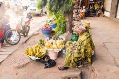 MOSHI TANZANIA - JANUARI 15: En oidentifierad afrikansk ung kvinna säljer fuits Arkivbild