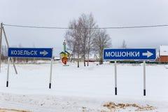 Moshonki, Rússia - em janeiro de 2019: Indicadores dos lugar Moshonki e Kozelsk fotografia de stock royalty free
