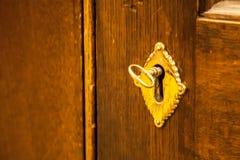 Mosiądza klucz w salowym drzwiowym kędziorku Obrazy Royalty Free