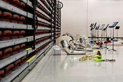 Mosiężna próba z instrumentami odpoczywa na podłogowym czekaniu fotografia stock