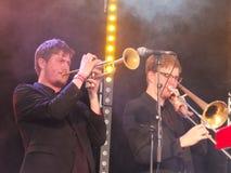 Mosiężna sekcja zespołu Ska Vengers spełnianie na scenie przy Bradford festiwalem obrazy stock