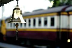 Mosiężny dzwon i stacja kolejowa Obrazy Stock