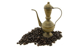 Mosiężny kawowy garnek w kawowych fasolach Zdjęcie Stock