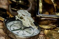 mosiężny klatki piersiowej monet kompas folował złotej nożowej lying on the beach mapy starego pirata czaszki skarb bardzo Zdjęcie Royalty Free