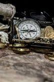 mosiężny klatki piersiowej monet kompas folował złotej nożowej lying on the beach mapy starego pirata czaszki skarb bardzo Zdjęcia Royalty Free