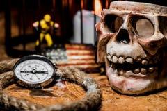 mosiężny klatki piersiowej monet kompas folował złotej nożowej lying on the beach mapy starego pirata czaszki skarb bardzo Obrazy Royalty Free