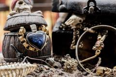 mosiężny klatki piersiowej monet kompas folował złotej nożowej lying on the beach mapy starego pirata czaszki skarb bardzo Zdjęcia Stock