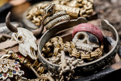 mosiężny klatki piersiowej monet kompas folował złotej nożowej lying on the beach mapy starego pirata czaszki skarb bardzo Fotografia Stock