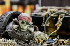 mosiężny klatki piersiowej monet kompas folował złotej nożowej lying on the beach mapy starego pirata czaszki skarb bardzo Obrazy Stock