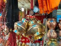Mosiężny naczynia obwieszenie w hindusa rynku dla bubla zdjęcia stock