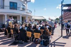 Mosiężny zespół Bawić się muzykę przed Penarth molem Zdjęcie Stock