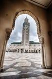 Moské för konung Hassan II till och med båge royaltyfri foto