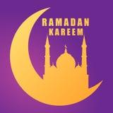 Moské för Ramadankareemkontur på den växande månen på purpurfärgad bakgrund Royaltyfria Foton