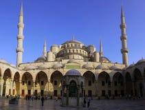 Moské i Istanbul på drom för främre sikt för sol ner Arkivfoto