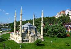 Moské med höga minaret i parkera Miniaturk i Istanbul, Turkiet Arkivfoton