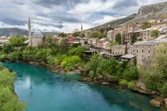 Moské med minaret på floden Neretva i Mostar Royaltyfri Bild