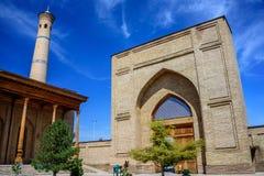 Moské med sned kolonner av sandelträn, minaret och ingången av den Hazrat imamen Ensemble i mitten av den Tasjkent staden Royaltyfri Bild