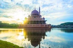 Moské med soluppgångbakgrund Fotografering för Bildbyråer