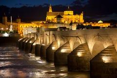 Moské (Mezquita) och Roman Bridge på den härliga natten, Spanien, Royaltyfri Fotografi