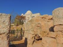 Moské nära grottan av de sju längsgående stödbjälke, Jordanien royaltyfri fotografi