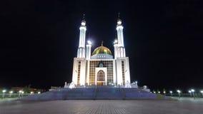 Moské Nur Gasyr i staden av hyperlapse för Aktobe natttimelapse kazakhstan stock video