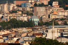 Moské och många hus i Bursa Arkivfoton