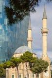 Moské och skyskrapa Royaltyfri Foto