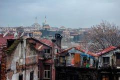 Moské och slumkvarter av Istanbul, Turkiet Arkivbilder